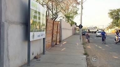 Moradores reclamam de atraso na entrega de UBSs em Araçatuba - Moradores de Araçatuba (SP) reclamam que Unidades Básicas de Saúde, de pelo menos quatro bairros diferentes, estão prontas mais ainda não foram entregues para a população. Segundo a prefeitura, o atraso e a paralisação nas obras são por causa das dificuldades financeiras enfrentadas pelo município.