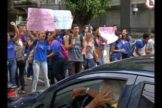 Protesto de estudantes complica trânsito no centro de Belém nesta terça-feira (6) - Alunos da escola Orlando Bitar foram às ruas pedir a conclusão de reforma. Seduc informou que equipe irá até o prédio identificar os reparos imediatos.