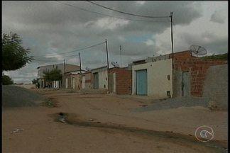 Esgoto a céu aberto incomoda moradores do bairro Vila Vitória, em Petrolina - De acordo com os moradores, o problema com lixo e esgoto é constante e se espalha por várias ruas do bairro.