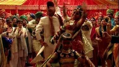 Os convidados celebram o casamento de Maya e Raj - Bahuan observa a festa sem ser notado