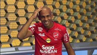 Robston muda o visual para jogo decisivo contra a Portuguesa - Volante do Vila Nova raspa a cabeça e diz que costuma adotar o estilo em reta final de temporada.