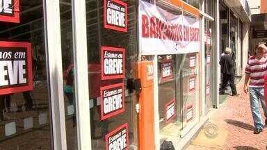 Greve dos bancários fecha 380 agências em Porto Alegre e região - A categoria entrou em greve após rejeitar o reajuste de 5,5% proposto.