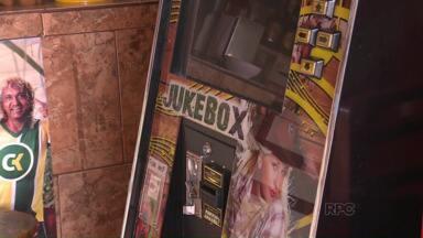 Polícia Civil faz operação de combate a pirataria em relação às jukebox em bares - São aquelas máquinas que as pessoas pagam e podem escolher a música que vai ser tocada