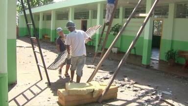 Cobertura das escolas atingidas começa a ser trocada. - Alunos destas escolas estão há mais de um mês sem aulas.