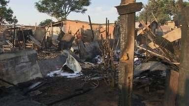 Moradores da Chácara Santa Luzia tentam reerguer barracos destruídos pelo fogo - O GDF diz que uma solução definitiva para a área vai demorar.