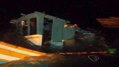 Barco de pesca atingido por rebocador é encontrado no ES - Equipe da Marinha do Brasil encontrou a embarcação no litoral do RJ.Dois pescadores ainda estão desaparecidos.