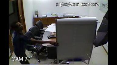 Homem se esconde atrás de guarda-chuvas para roubar empresa no ES - A empresa fica em São Torquato, em Vila Velha.
