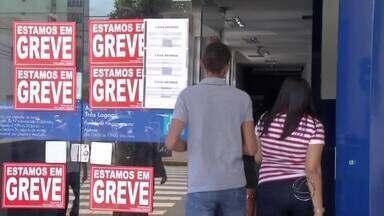 Bancários entram em greve e pedem aumento nos salários em Dourados, MS - O aumento que os bancários buscam é de 16%. Os donos de bancos oferecem 5,5%. Em Ponta Porã, as agências devem aderir à greve nesta quarta-feira (7).