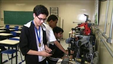 Estudantes buscam ajuda para disputar olimpíada de física lá na Índia - Os estudantes da Etec Martin Luther King, na Zona Leste da capital, foram selecionados para participar da competição internacional.