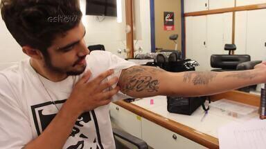 Caio Castro mostra como faz a nova tatuagem do Grego - Ator também revela que tem uma tatuagem em homenagem ao irmão