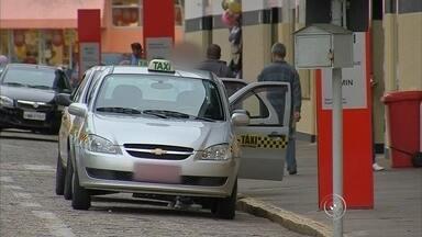TV TEM flagra irregularidades nas corridas de táxi em Itapetininga - Quem costuma usar táxis sabe que o taxímetro precisa estar ligado, já que ele é a garantia que você está pagando um preço justo pela corrida, mas não é o que acontece em Itapetininga.