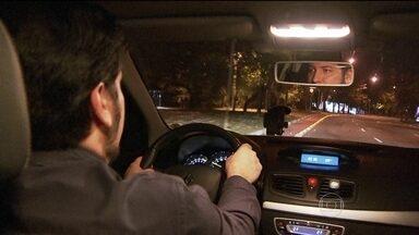 São Paulo ganha novo serviço de transporte, o 'táxi preto' - Serviço só pode ser chamado por aplicativo e os carros precisam ser novos.Motoristas do Uber não gostaram da novidade.
