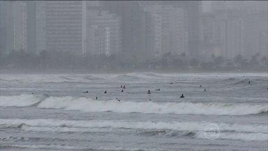Mar atrai os raios em casos de temporal - Surfistas também aconselham que na hora do temporal e dos raios, é preciso sair da água. A Defesa Civil de Praia Grande está fazendo um trabalho de prevenção nas escolas municipais.