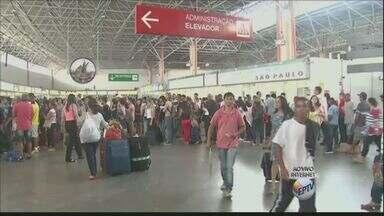 Movimento é grande na rodoviária e aeroporto na véspera de feriado em Campinas - A previsão é que o terminal fique lotada a partir das 17h desta sexta-feira (9). 34 mil pessoas devem deixar Campinas entre sexta e sábado (10).