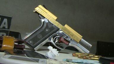 Arma banhada a ouro é apreendida em Vila Velha, ES - Suspeitos estavam com a arma e drogas dentro de um táxi.Passageiros foram revistados durante uma blitz.