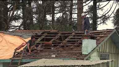 Tempestade de granizo provoca destruição em cidades do Paraná - A tempestade de granizo, que durou aproximadamente 10 minutos, na noite de quinta-feira (9), foi suficiente para destelhar aproximadamente 600 casas em Ipiranga e quase 100 em Maringá. Veja os estragos causados pelo temporal no Paraná.