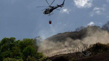 Após 24 horas, bombeiros continuam combate ao fogo em Vitória, ES - Incêndio começou às 12h da quinta-feira (9).