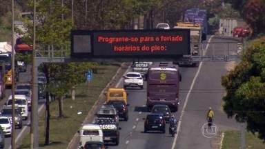 Saída de Belo Horizonte para o feriado tem estradas movimentadas e rodoviária lotada - A previsão da Polícia Rodoviária Federal é que cerca de 700 mil veículos transitem pelas estradas federais no estado. Na Rodoviária de Belo Horizonte são esperadas 70 mil pessoas.