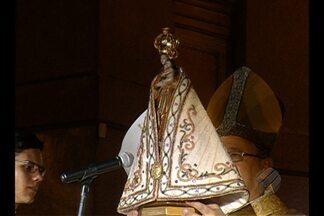 Apresentação do manto que vestirá a imagem da Virgem de Nazaré é marcada por emoção - Cerimônia tradicional ocorreu na Basílica Santuário na noite da última quinta-feira (8).
