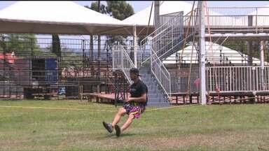Campeonato de Slackline reúne craques da modalidade em Foz do Iguaçu - A competição recebe atletas de vários lugares e as manobras realizadas no torneio são impressionantes