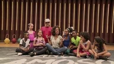 Astros mirins dão show nos bastidores da Dancinha dos Famosos - Aline Prado bate um papo com a criançada e se diverte com os pequenos