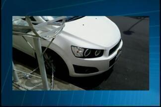 Motorista de Divinópolis estaciona veículo e amarra corrente em uma das rodas - A insegurança tem feito muita gente procurar alternativas. Telespectador enviou a foto do caso para o WhatsApp da TV Integração.