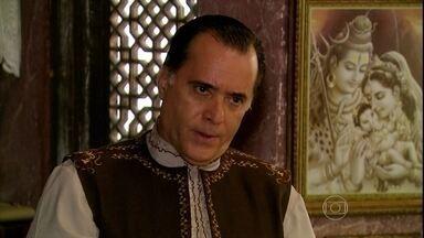 Opash pergunta a Pandit se Maya levará felicidade à sua família - Pandit é surpreendido com a pergunta do pai de Raj