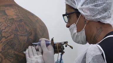 Festival de Tatuagens acontece no Centro de Convenções do DF - Quatrocentos tatuadores do Brasil e do exterior participam da segunda edição do Brasília Tatoo Festival. Este ano, profissionais da Secretaria de Saúde estão vacinando os artistas contra a hepatite B.