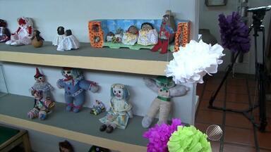 Museu abriga exposicão de brinquedos antigos em Feria de Santana - Maior parte das 400 peças são feitas de modo artesanal.