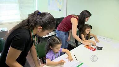 Filhos visitam empresa onde trabalham os pais em Juiz de Fora - Mais de 60 crianças conheceram a rotina dos pais nesta sexta-feira (9). Iniciativa serviu para aproximar as famílias e faz parte da programação do Dia das Crianças
