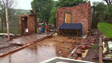 Mais de quatrocentas casas foram atingidas pela chuva em Cascavel - O Simepar confirmou a formação de um tornado na região.