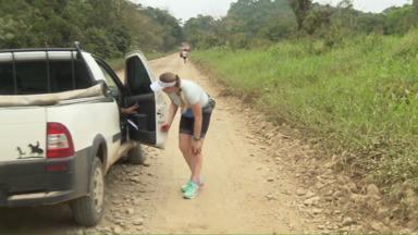 Susto no meio da Ultramaratona Morretes-Guaraqueçaba - Competidora escorrega e machuca o joelho