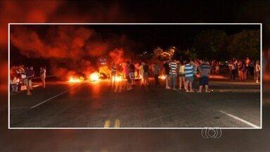 Moradores protestam contra falhas de energia e fecham a BR-153, em GO - Rodovia ficou bloqueada por cerca de 3 horas na noite de sexta-feira (9). Pneus foram queimados, mas ato foi pacífico; Celg deve receber população.