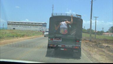 Flagrante: jovens se arriscam na rodovia PB 008, na Paraíba - Eles ignoram todas as orientações de segurança e correm risco de morte, pendurados na traseira de um carro.