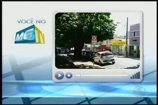 VC no MGTV: carros estacionados em área de carga e descarga geram reclamações - Registro foi feito nas imediações do Mercadão e enviado para a TV Integração. Guarda Municipal falou sobre o assunto.