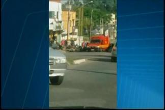 Acidente no Bairro Interlagos deixa ferido em Divinópolis - Telespectador enviou fotos do acidente para o WhatsApp da TV Integração. Batida foi entre um carro e uma moto.
