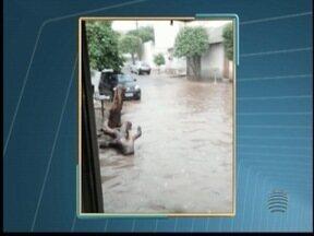 Após a chuva, moradores fazem a limpeza de suas casas - Em Presidente Venceslau, alguns moradores tiveram suas casas invadidas pela água.