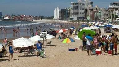 Mineiros curtem o feriado nas praias do ES - Os comerciantes aproveitam para aumentarem as vendas.