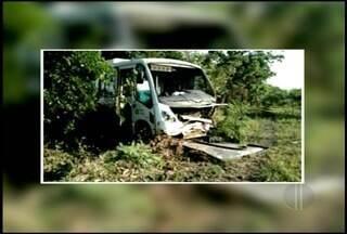 Batida entre carro e micro-ônibus deixa dois mortos na BR-101 em Campos, no RJ - As vítimas estavam no carro; ninguém ficou ferido no coletivo.