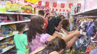 Lojas ficam lotadas no fim de semana das crianças em Maringá - Mas antes de comprar os pais estão pesquisando bastante