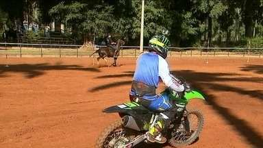 Moto x Cavalo: Esporte Espetacular descobre quem é mais rápido - Programa foi até a Fazenda Vassoural, no Município de Pontal, no interior de São Paulo para fazer o desafio entre máquina e animal.