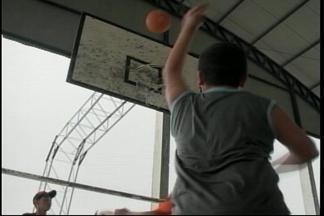 Crianças e adolescente de bairros carentes têm aulas de basquete em Urguaiana, RS - Assista ao vídeo.