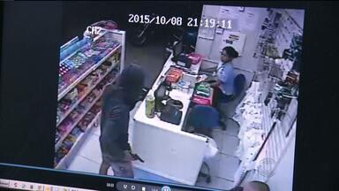 Imagens mostram bandido fumando enquanto assalta farmácia em Campina Grande - Assalto aconteceu no bairro Tambor.
