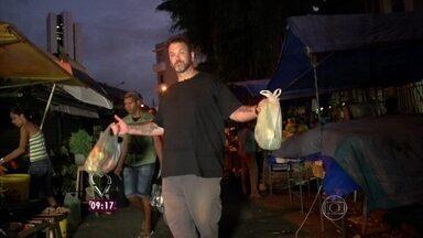 Jimmy vai à feira, em Recife, para comprar os ingredientes de sua receita - A galinha será a estrela do prato; confira!