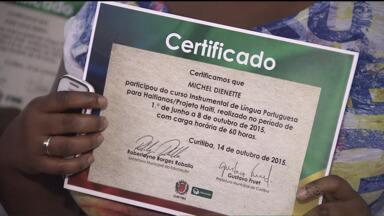 Grupo de haitianos completa o curso de língua portuguesa, em Curitiba - Um dos maiores desafios dos imigrantes, que chegam ao Brasil, é aprender o nosso idioma.