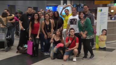 Fãs se reúnem no aeroporto para esperar os integrantes do A-ha - Show da banda será nesta quinta-feira (15), em Curitiba.