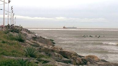 Prejuízo com portos de Navegantes e Itajaí fechados já passa dos 5 milhões de reais - Hoje (15), 09 navios e mais um rebocador esperavam pra atracar. O Complexo Portuário está sem movimentação há 6 dias.