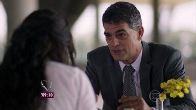Em 'A Regra do Jogo', Orlando se aproxima de Nelita por causa da fortuna de seu pai - 'É muito fácil manipular uma pessoa assim', diz Bárbara Paz