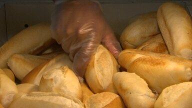 Preço do pãozinho francês pode variar mais de 200%, revela pesquisa - Levantamento no Rio e em São Paulo mostra que dá para economizar muito pesquisando. Bom Dia Brasil mostra onde produto está mais barato.
