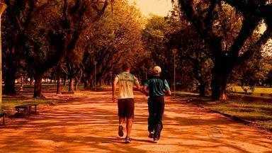 Maratonistas cultivam amizade após desafio de correrem juntos - Seu Francisco, deficiente visual, obteve ajuda improvisada de Tiago para completar a prova.